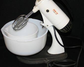 Vtg Sunbeam Mixmaster Mixer w/ Glassbake Milk Glass Mixing Bowls Small Appliance Mix Master Nesting