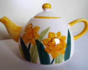 Vintage Yellow Teapot With Hand Painted Daffodils. 1960s Retro Yellow Small Teapot, Ideal For Tea For Two Or At Breakfast. Holds 3 - 4 cups