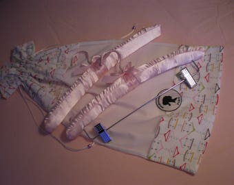 Large pouch with 2 hangers in romantic pink satin