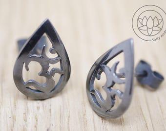 Small OM stud earrings