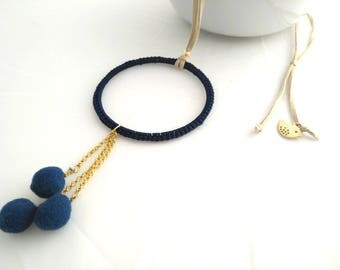 Elegante collar azul con cuentas pom pom