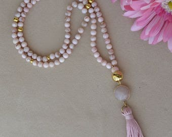Necklace in natural pink shell and beads in zamak with gold bath.