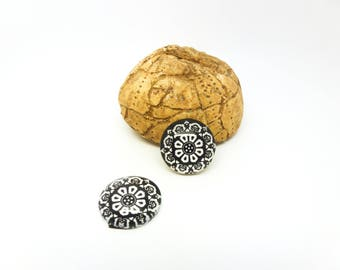 2 glass cabochon 16mm black and white flowers (SFCV10-7)