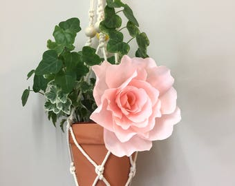 Macrame wall hanging of cotton with a crepe paper flower for your plant!