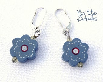 Blue and white flowers wood stud earrings in 925 sterling silver.