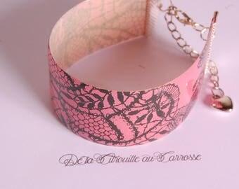 Bracelet manchette rose et noir, motif dentelle noire