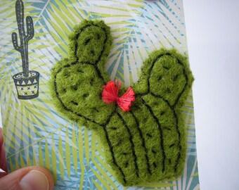 Broche cactus en tissu. Broche en forme de cactus en laine bouillie brodée sur carte prête à offrir. Made in france