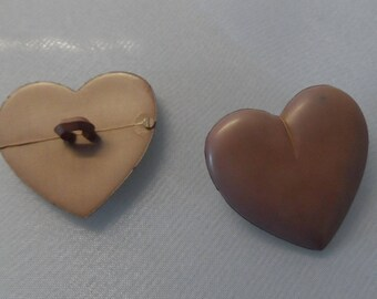 2 buttons to tail 27 mm heart light brown plastic
