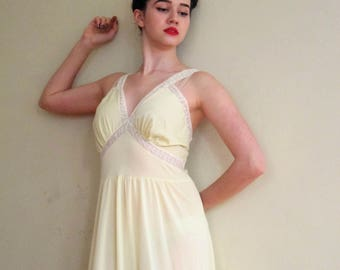 Vintage 1950s Nightgown in Pale Yellow with White Lace / 1950s Long Negligee by Wonder Maid / Large