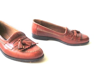Classy vintage 90s, rust -brown genuine leather loafers with a decorative stitching and tassel. Made by Vero  Cuoio in Italy. Size 8 1/2