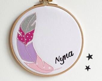 Cadre mural personnalisé, Cadeau de naissance, décoration chambre bébé, décoration murale, plume brodée, cadeau naissance, rose - blanc