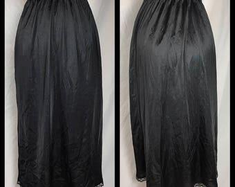 1980s Warner's Black Nylon Half Slip Below Knee Length - Size Large