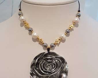 Flower and pearls necklace/pearl pendant/