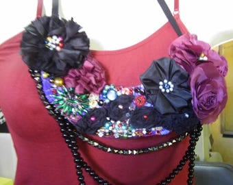 Recycled items bib necklace, made with buttons, beads, beads, and fabrics. Predominant shades, Bordeaux and black.
