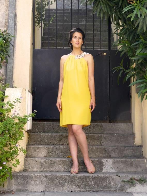 Robe Collier : Robe jaune d été en crêpe. Collier fleuri en tissu japonais.