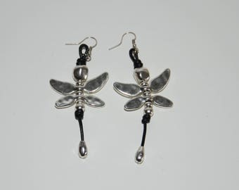 Antiallergic earrings with butterfly pendant, antique silver color butterfly long earrings.Uno no de 50 style.