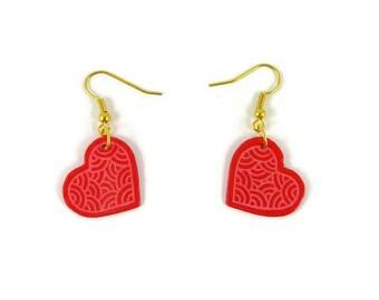 Boucles d'oreille coeurs roses foncés aux volutes roses claires fixés en biais, boucles d'oreille romantiques en plastique (CD/DVD recyclé)