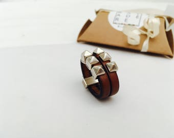Ring 6 leather camel/silver studs