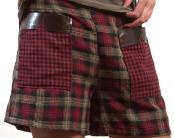 Plaid shorts with two large pockets cherry color