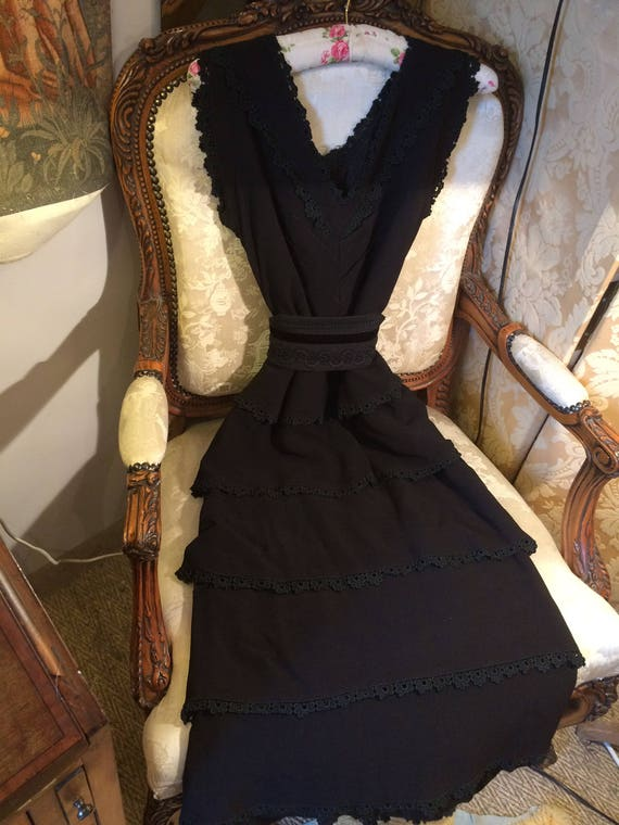 40's cotton crepe dress. 36x28x43 length. Tiered. Belt not incl. Black. Lace edges. Strong