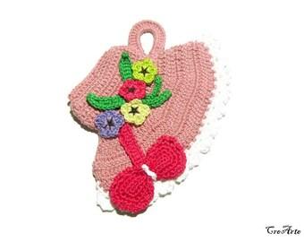 Pink crochet hat potholder with flowers, presina cappello con fiori ad uncinetto