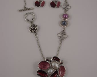Necklace and earrings in shades of grey-red-pink, multiple oval and a rose