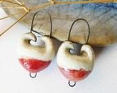 Duo breloques céramique, forme volutes, création raku, émail rouge et blanc, création fait main, pièce unique.