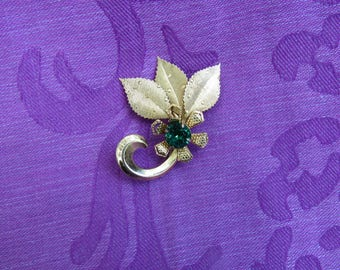 Vintage pin, emerald colored stone, gold colored,Flower, three leaves, brooche.