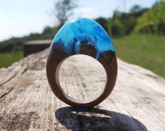 Anello legno teak con resina azzurra onde mare e neve - Real wood ring and epoxy resin blue light wave blue snow white gift for girls