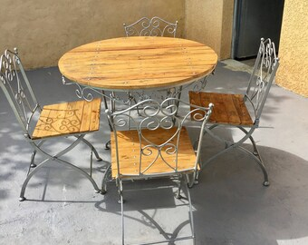 Table completely redone wrought iron with wood pallets
