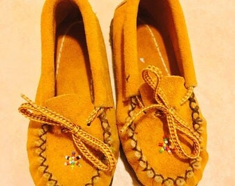 20% off -- 1960's brown leather beaded kids moccasins - size 7