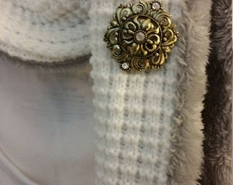 This beautifully detailed magnetic brooch can be worn on scarves, sweaters, jackets or purses.