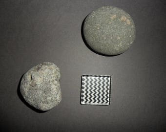 square black and white zig - zag pattern glass cabochon, 25 x 25 mm