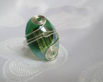 Adjustable ring in silver and iridescent green cat's eye glass cabochon