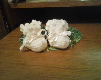 HAND CROCHETED PAIR OF WHITE BOOTIES SIZE 3-6 MONTHS