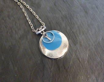 Collier métal argenté et sequin bleu turquoise émaillé et goutte