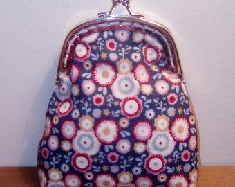 Retro purse with metal clasp silver.