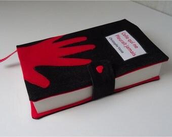 Protège livre de poche en jean  noir,  doublé coton rouge, motif Main rouge appliquée