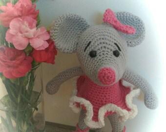 Amigurimi toy mouse ballerina.