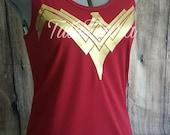 Wonder Woman Shirt, 2017 Justice League Wunder Frau Brustpanzer Emblem Gold auf Kastanienbraun rotes Hemd, Frau Racer zurück Tank-Top, Größe S-2XL