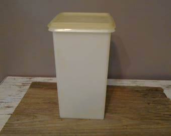 Vintage, Old, Retro Tupperware Cracker Keeper / Medium Size Tupperware  Storage / Saltine Cracker