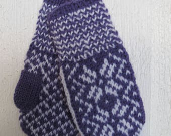 Handknitted mittens for babies, norwegian pattern