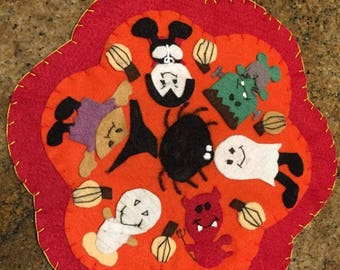 "HALLOWEEN~CANDLE~MAT~pENNY~rUG~hANDMADE~wOOL~fELT~cHARACTERS~sCENE~uNIQUE~11""X10 1/2""~oR~uSE~wITH~cANDLE~iN~cENTER~pUFF~pRIMITIVE~"