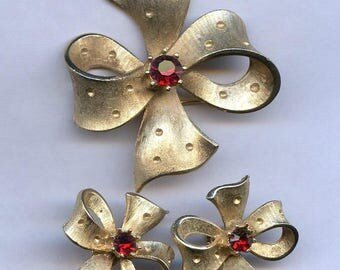 Ribbons of Gold Brooch and Earring Set