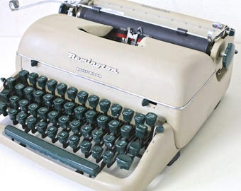 Remington typewriter Green Remington typewriter in good working condition