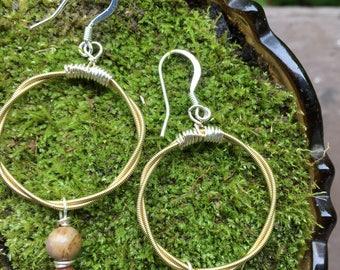 Guitar string hopp earrings with sandstine and goldstone