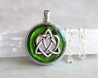 green celtic sister knot necklace, heart jewelry, triquetra necklace, celtic jewelry, unique gift, celtic knot, irish jewelry, anniversary