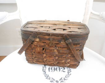 Vintage picnic basket with lid