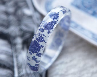 Resin bangle with embedded China blue oriental floral art