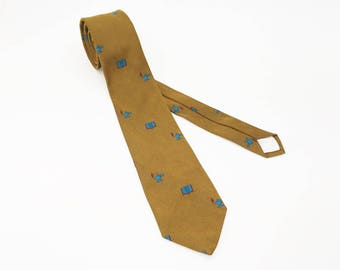 1950s Mustard Gold Academic Theme Skinny Tie Mad Men Era Mid Century Narrow Mens Vintage Necktie with Woven Book & Lamp of Learning Designs